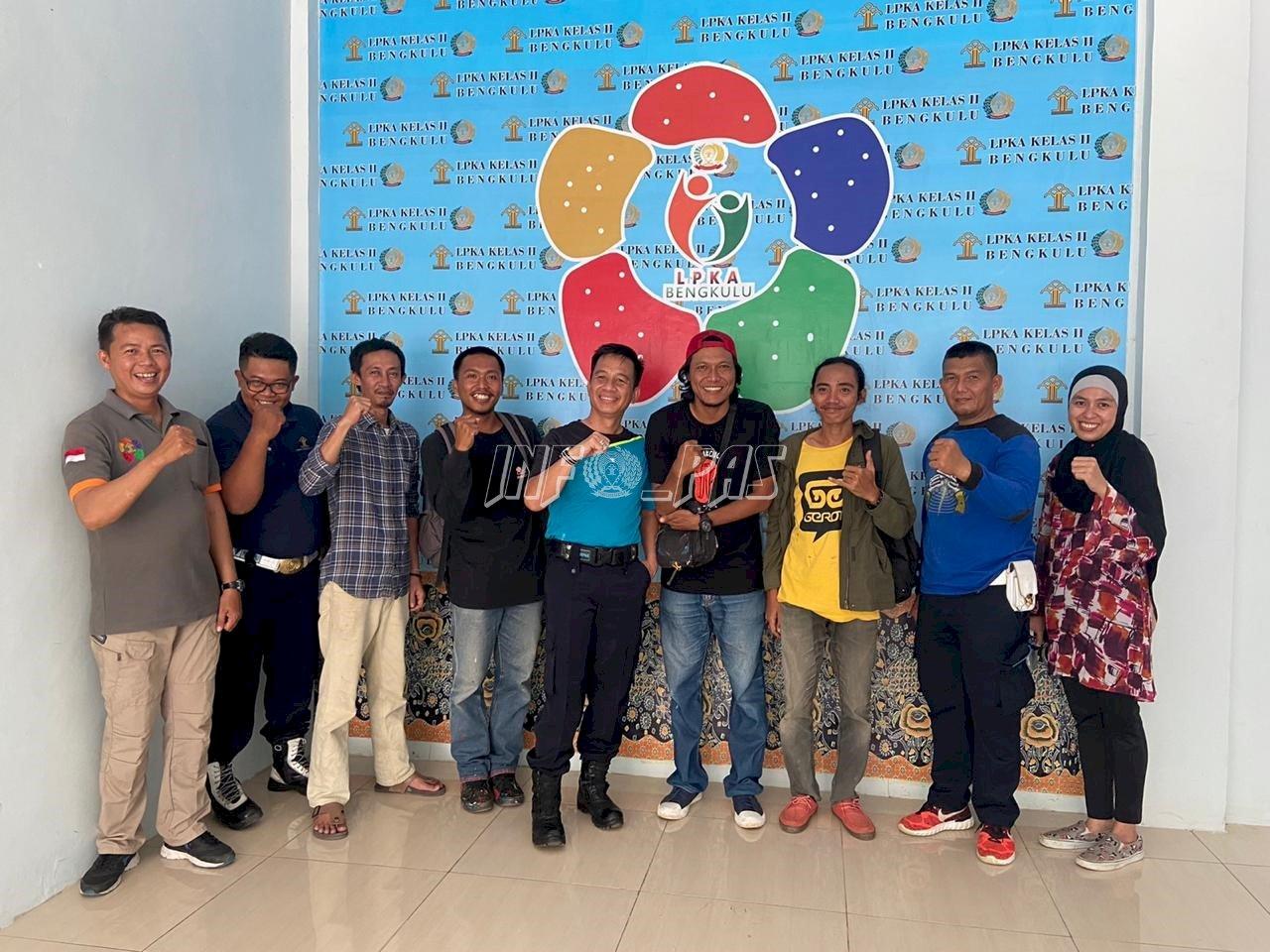 Crew Konakito Café Serahkan Hasil Lelang Karya Anak LPKA Bengkulu