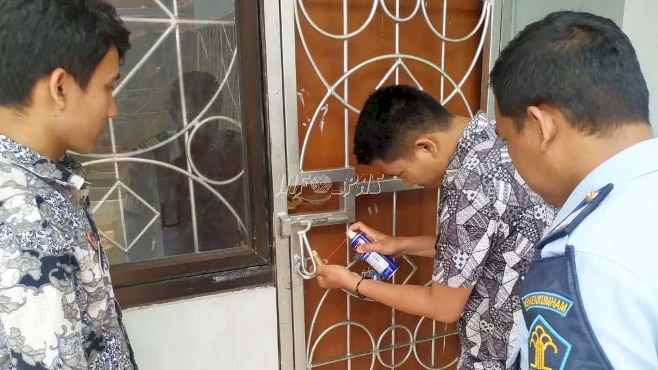 Semprot Gembok Kamar Anak, Bentuk Kepedulian Petugas LPKA Jakarta