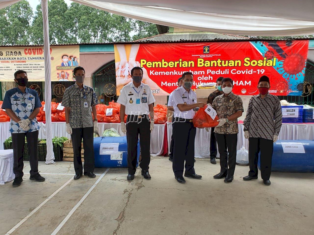 Plt. Dirjen PAS Serahkan Bantuan APD & Ketahanan Pangan Untuk Warga Tangerang