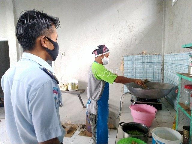 Pastikan Makanan Berkualitas, Petugas Pantau Kegiatan Masak WBP