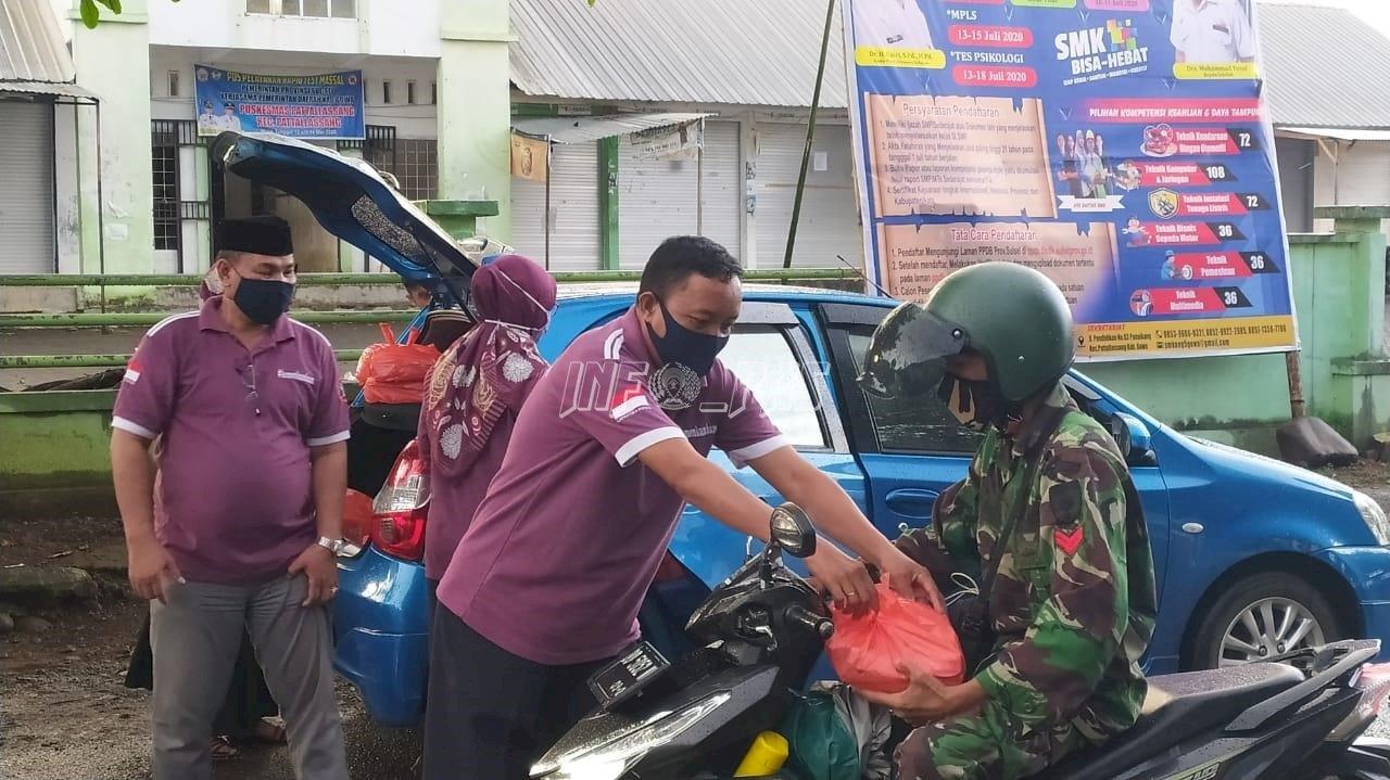 Petugas LPN Sungguminasa Turun ke Jalan Bagikan Takjil