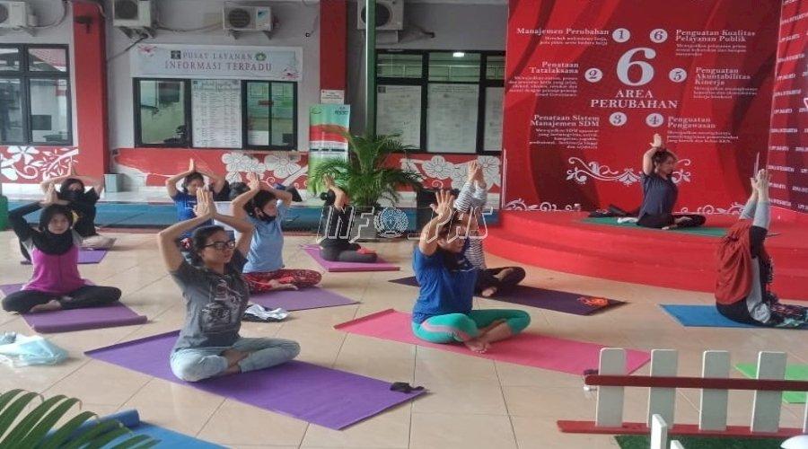 WBP Serius Ikuti Yoga di LPP Jakarta