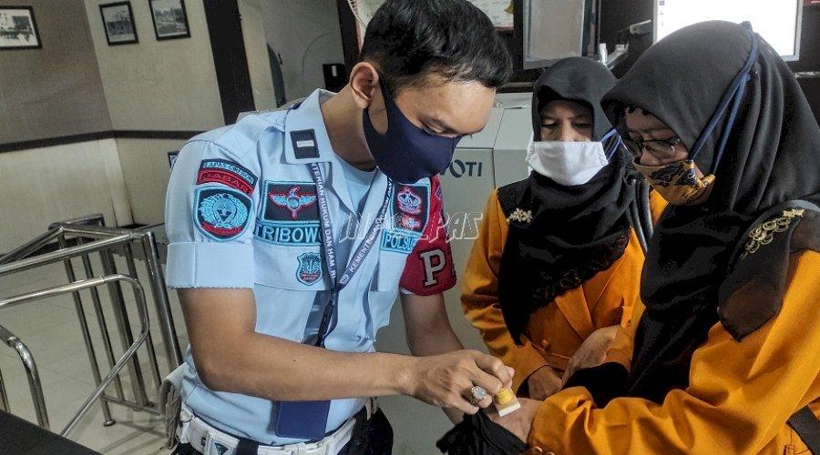 Masuk ke Lapas Cirebon, Siap-Siap Disinari Cap UV