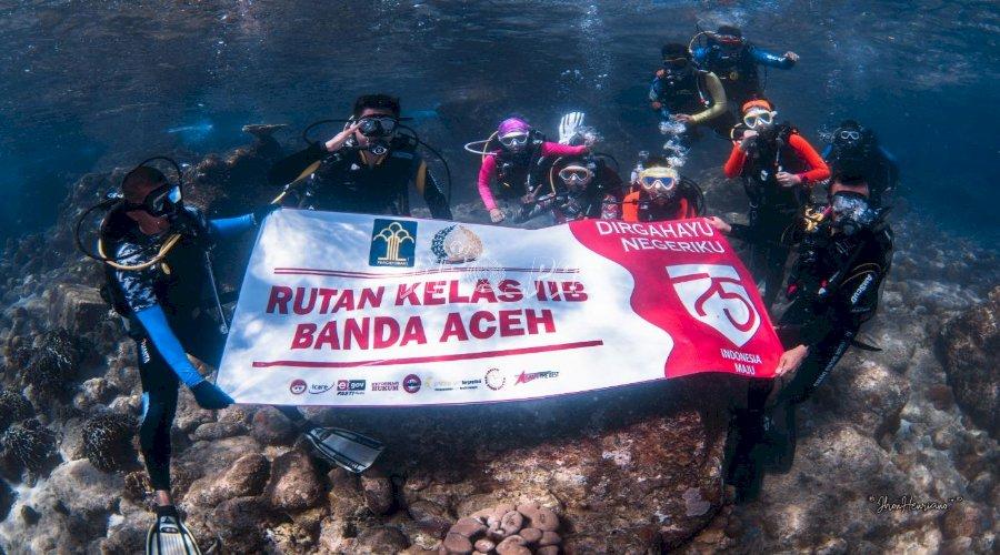 Rutan Banda Aceh Lakukan Upacara Bendera di Bawah Laut