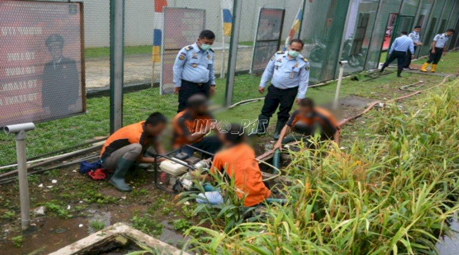 Petugas & WBP Bersihkan Gorong-Gorong Saluran Air LPN Jakarta