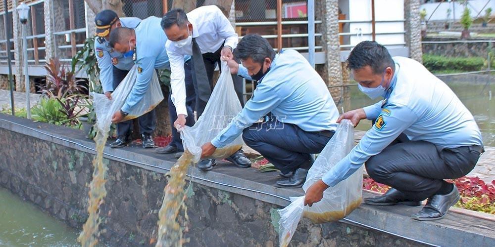 Kepala LPKA Jakarta Tabur 6.500 Benih Ikan